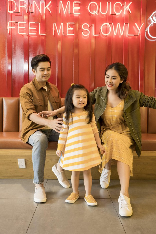 Học cách phối đồ mùa thu ton-sur-ton cùng gia đình diễn viên Vân Trang - Ảnh 1.