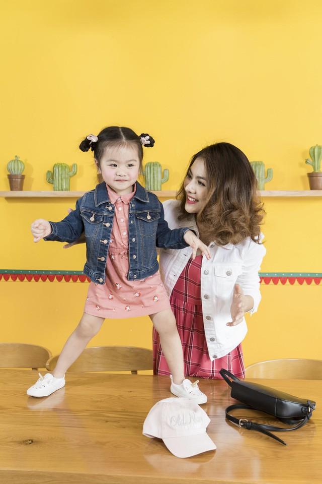 Học cách phối đồ mùa thu ton-sur-ton cùng gia đình diễn viên Vân Trang - Ảnh 2.