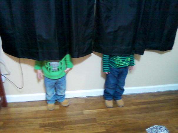 funny-kids-playing-hide-and-seek-43__605