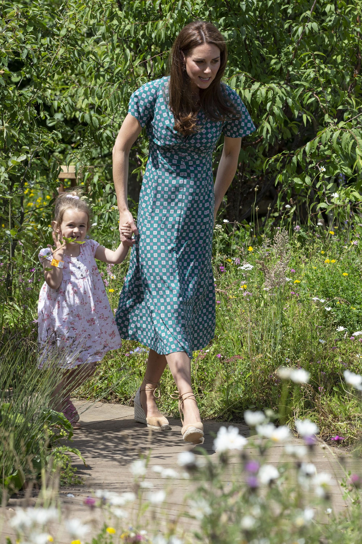Chọn giày đế xuồng hóa ra là nước cờ thông minh của chị em dâu Kate - Meghan dù Nữ hoàng Anh có kỳ thị item này đi chăng nữa - Ảnh 10.
