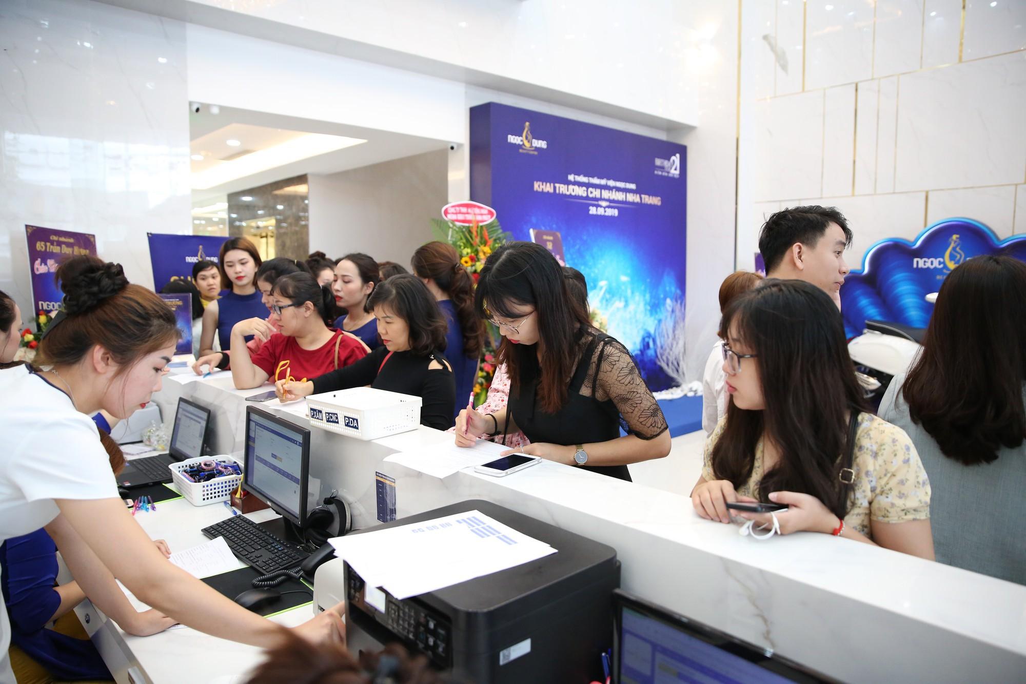 TMV Ngọc Dung Nha Trang kín khách chỉ sau vài phút khai trương - Ảnh 3.
