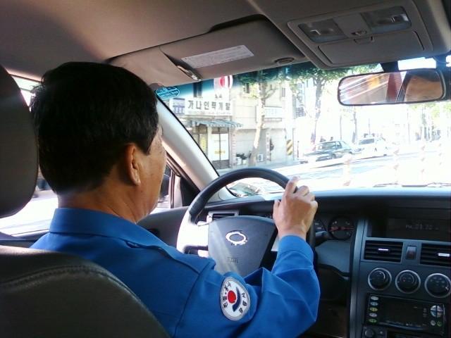 Nhặt được tiền khách bỏ quên trên xe, tài xế taxi ở Đà Nẵng trả lại khổ chủ được báo Hàn tấm tắc khen ngợi - Ảnh 1.