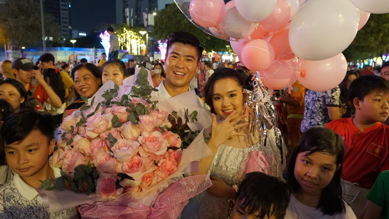 Váy Quỳnh Anh diện khi được Duy Mạnh cầu hôn hóa ra đụng Hoàng Yến Chibi, bất ngờ nhất là có liên quan đến bộ váy cưới tương lai - Ảnh 1.