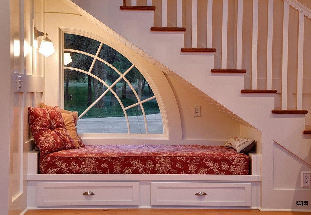 Thiết kế gầm cầu thang thành nơi nghỉ ngơi êm ái