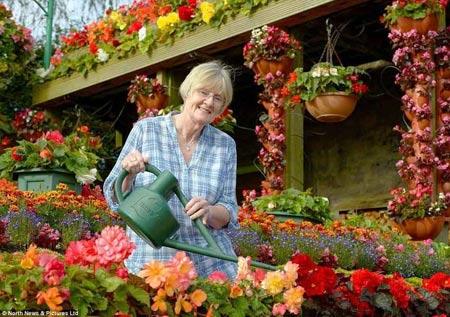 1208221345603127nhahoa4 Ngắm ngôi nhà thiết kế hoa tươi rói suốt 26 năm