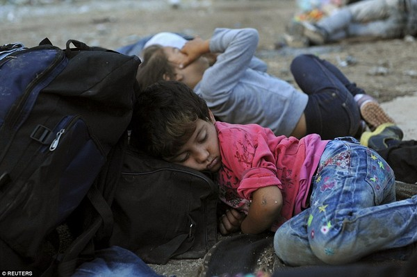 Những đứa trẻ say giấc an bình trong khu tập trung người tị nạn, đầu gối lên những hành lý, quần áo lấm lem bùn đất. Nguồn: afamily.vn