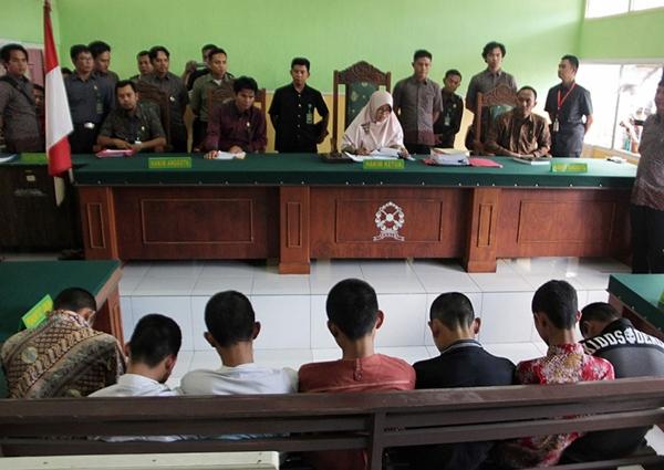 http://afamilycdn.com/CwdCNlGdEBdaZpg6myisR0ixHNTowR/Image/2016/05/7-thieu-nien-indonesia-bi-bat-giu-vi-toi-ham-hiep-tap-the-va-giet-hai-mot-co-be-14-tuoi_127df11035.jpg