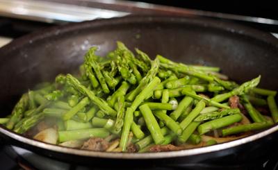 Kết quả hình ảnh cho Cách xào măng tây thịt bò