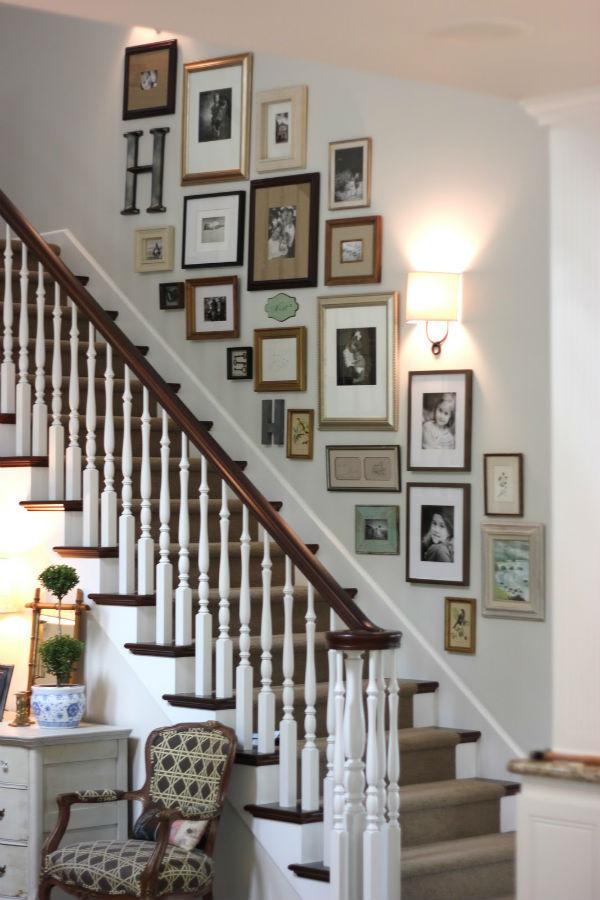 Cầu thang cá tính với khung ảnh treo tường