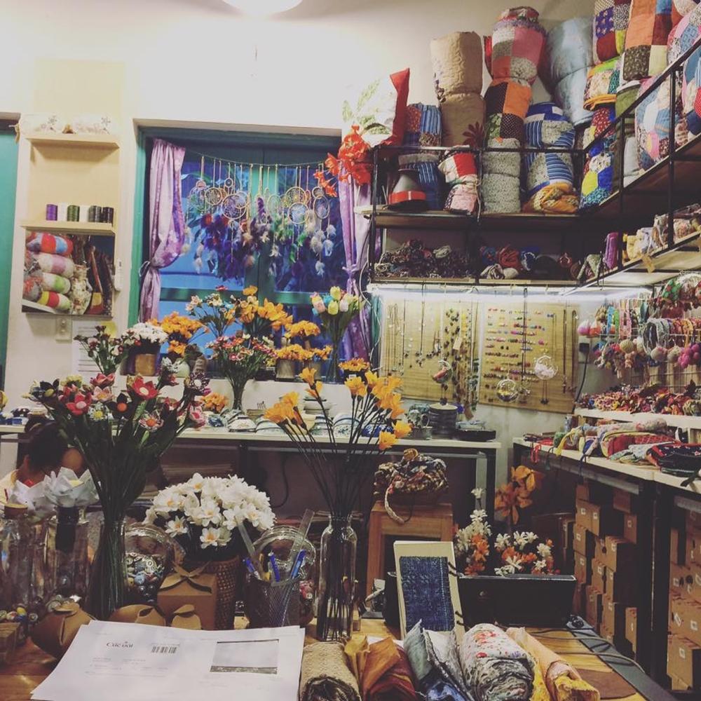 dua nhau di tron tron ven mot ngay tai con pho bi mat giua long ha noi 9645a2a54f - Khúc Hạo - con phố có nhiều quán cà phê chất lừ, tiệm áo quần xinh và spa đẹp ở Hà Nội