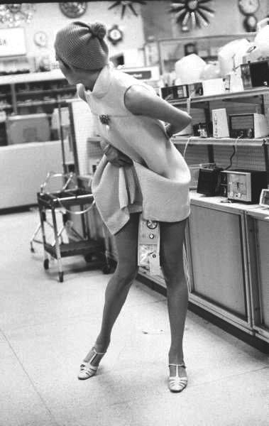 Kỳ lạ người phụ nữ giấu tivi 42 inch dưới váy