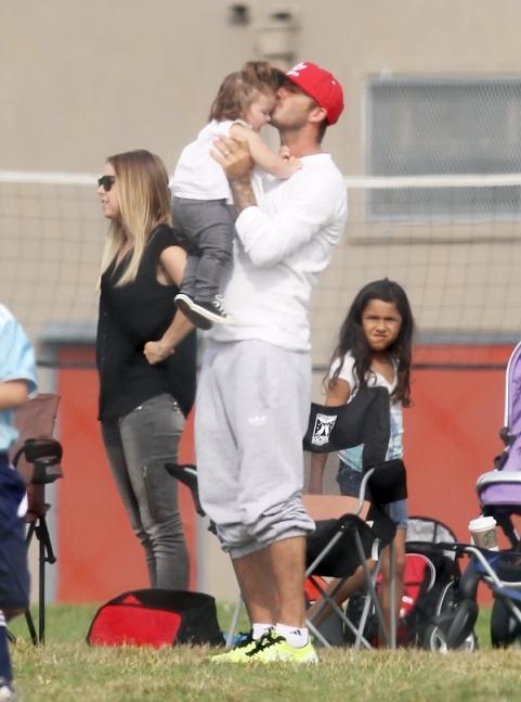 """Con gái Beckham """"bám đuôi"""" bố đến sân bóng"""