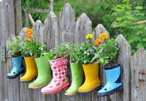 shoescontainergarden12 916e1 Có tới 1001 cách tận dụng giày cũ để trồng hoa trong vườn