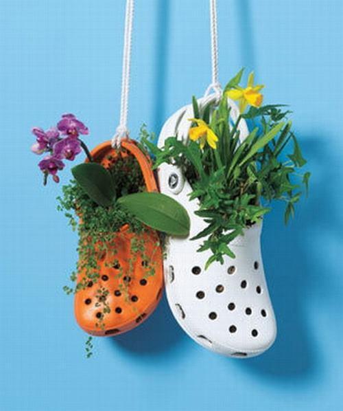 shoescontainergarden14 db836 Có tới 1001 cách tận dụng giày cũ để trồng hoa trong vườn