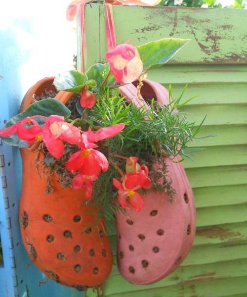 shoescontainergarden16 af5ca Có tới 1001 cách tận dụng giày cũ để trồng hoa trong vườn