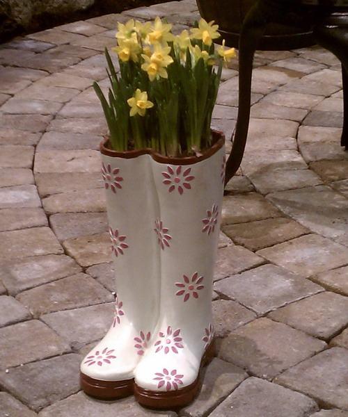 shoescontainergarden23 1f9e2 Có tới 1001 cách tận dụng giày cũ để trồng hoa trong vườn