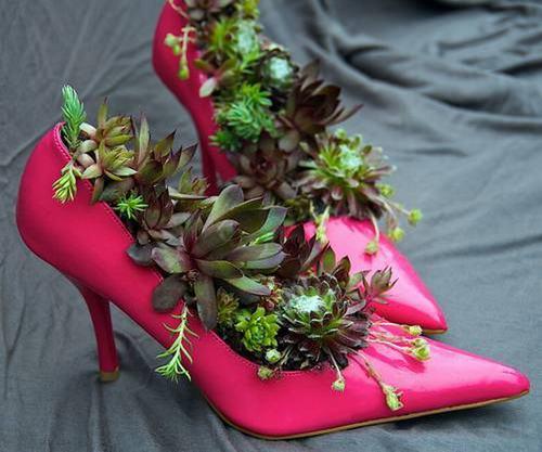 shoescontainergarden31 434a3 Có tới 1001 cách tận dụng giày cũ để trồng hoa trong vườn