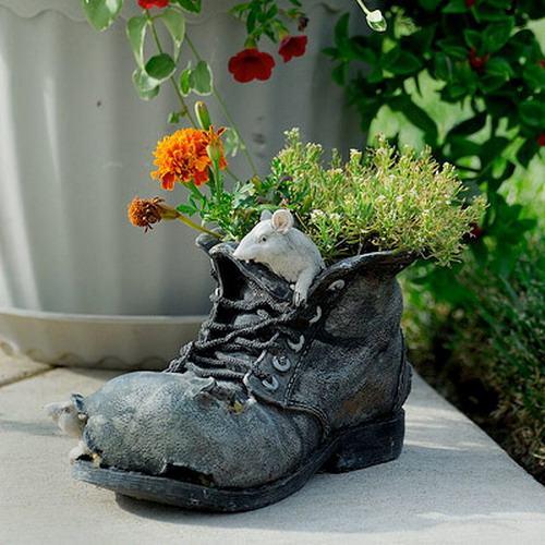 shoescontainergarden58 bb9e4 Có tới 1001 cách tận dụng giày cũ để trồng hoa trong vườn