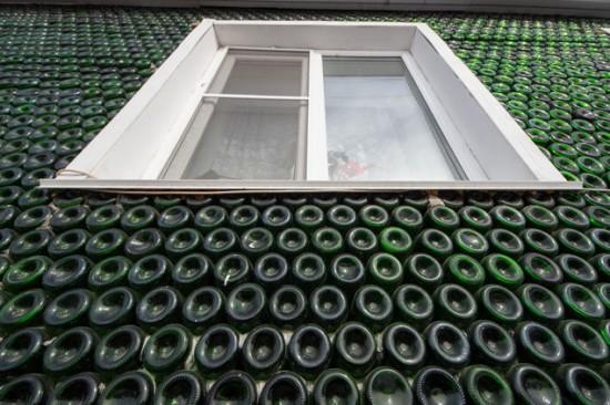 Ngôi nhà kì lạ được dựng từ 12.000 chai rượu sâm panh 1