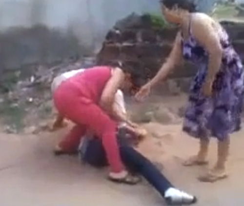 Sốc với clip hai mẹ con đánh ghen, lột trần tình địch giữa phố 2