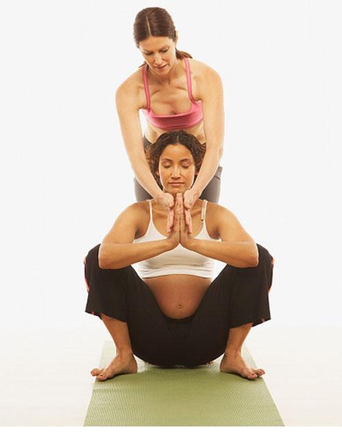"""Những tư thế yoga cho bà bầu """"đánh bay"""" mọi rắc rối thai kì 4"""