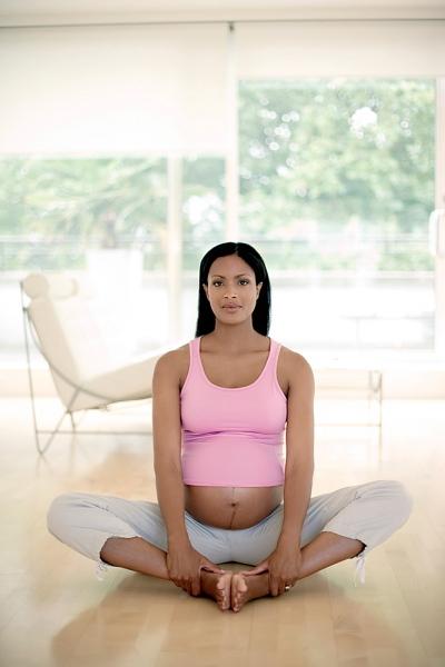 """Những tư thế yoga cho bà bầu """"đánh bay"""" mọi rắc rối thai kì 2"""