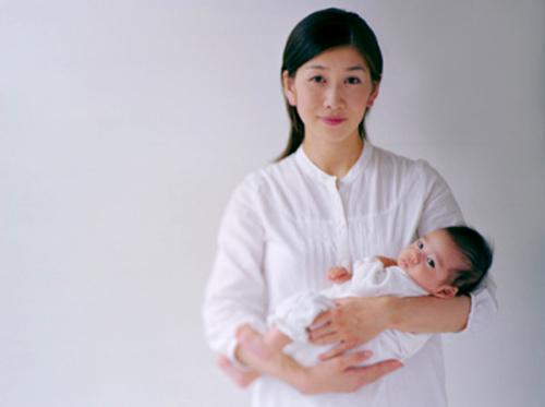 Mách mẹ cách bế bé sơ sinh chuẩn theo từng giai đoạn 1