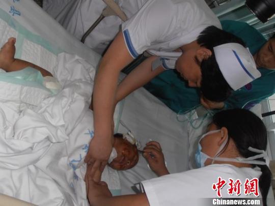 Bé trai bị mẹ đâm hàng trăm nhát vì cắn khi đang bú 2