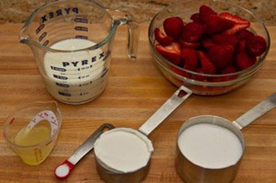 Cách làm kem dâu sữa chua siêu tốc cực ngon 3