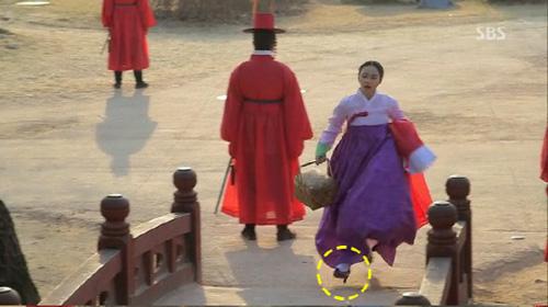 Lý do Kim Tae Hee đi giày cao gót trong phim cổ trang 1