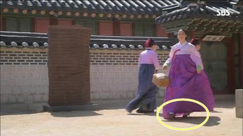 Lý do Kim Tae Hee đi giày cao gót trong phim cổ trang 4