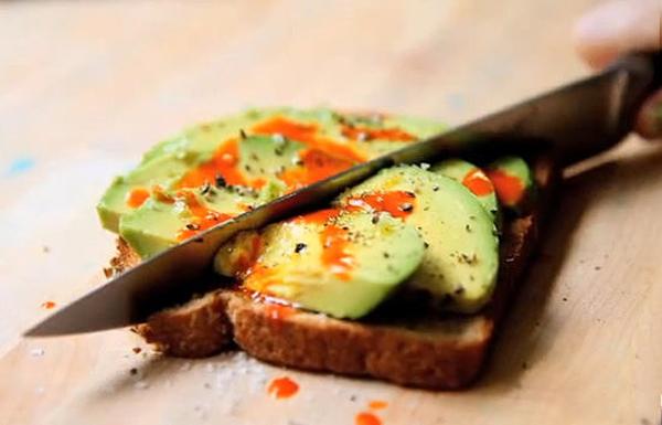 Bánh mỳ bơ nướng: Chỉ mất năm phút để chuẩn bị một bữa ăn sáng nhẹ bụng mà không kém phần dinh dưỡng cho các thành viên nhí. Bơ cắt lát hoặc xay nhuyễn để quết lên mặt bánh mỳ nướng, rưới tương cà và có thể thêm một chút mầm lúa mỳ là có thể thưởng thức. Bạn cũng có thể dùng nó cho bữa xế chiều hàng ngày của bé.