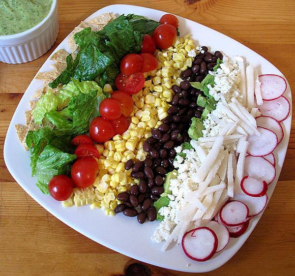 Salad xếp tầng: Nếu gia đình bạn có con nhỏ thì món salad xếp tầng này ắt hẳn sẽ thu hút bé ngay từ cái nhìn đầu tiên. Không hề chứa thịt mà lại chứa nhiều kết cấu và hương vị khác nhau, từ vị giòn mặn của snack đến vị tươi ngon, ngọt dịu của các loại hoa quả. Đây hứa hẹn là món ăn bổ sung khoáng chất lý tưởng cho các bé.