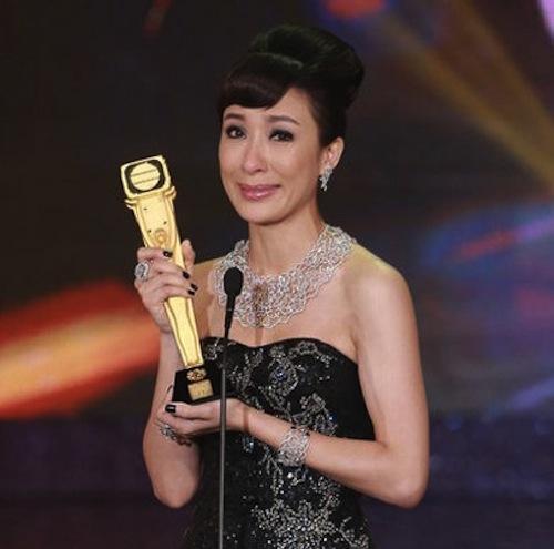 Mũi của Dương Di - Ảnh Hậu TVB 2012 ngày càng... đáng sợ 3