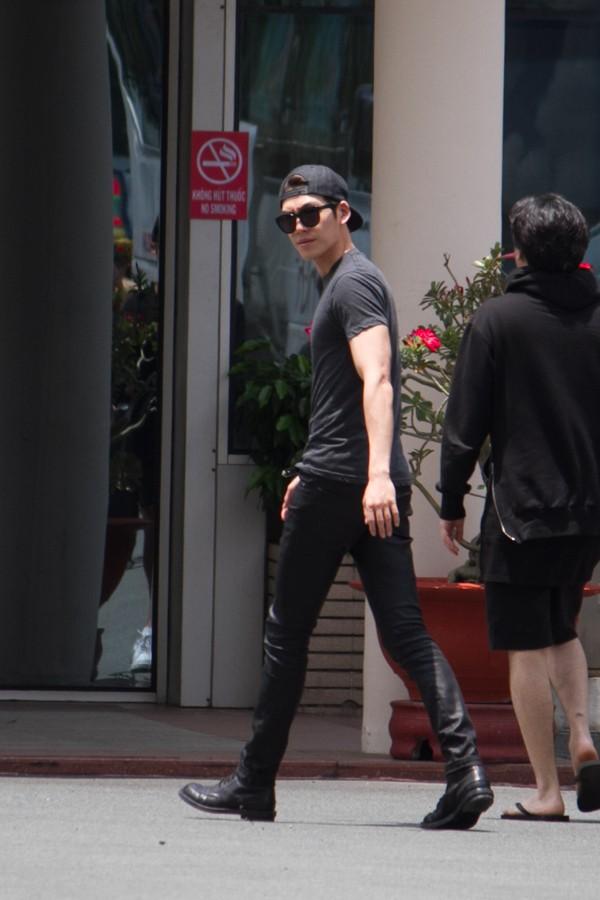 Kim Woo Bin vẫy tay chào fan Việt, Song Ji Hyo mệt mỏi tại ...