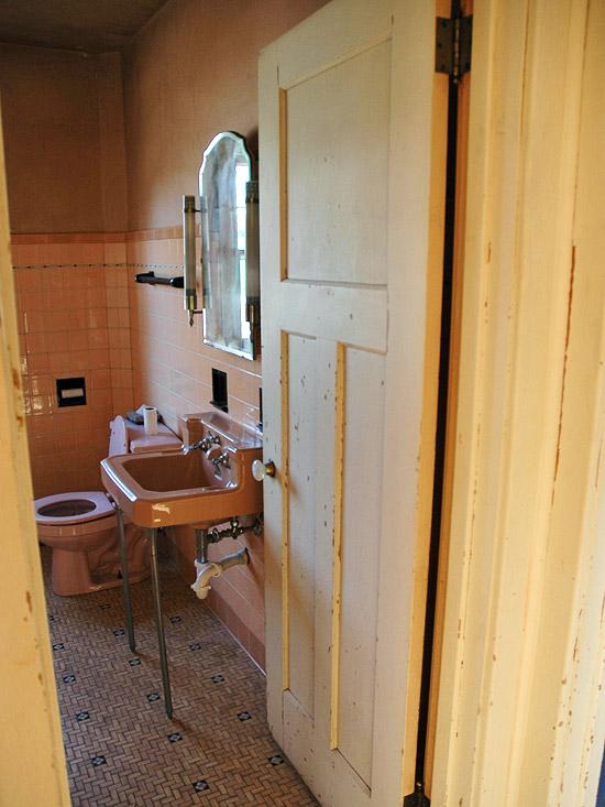 Cải tạo 2 phòng tắm xấu xí, lỗi thời trở nên đẹp và hiện đại 6
