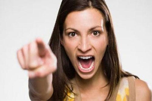 Bị vợ đánh túi bụi giữa đường khi không chăm vợ ốm 1