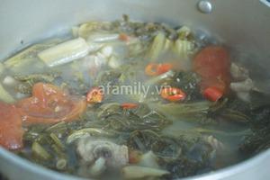 Canh dưa chua nấu sườn ngon cơm mùa lạnh