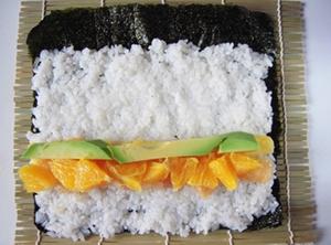 Cách làm cơm cuộn trái cây ngộ nghĩnh cho bé yêu 10