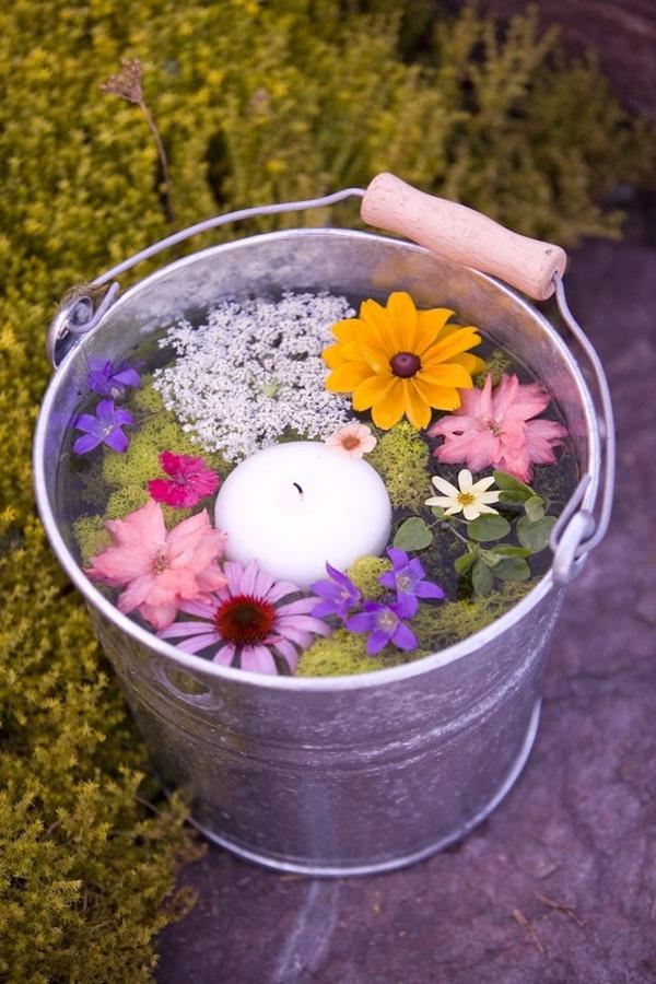 Căn phòng sáng bừng với lọ cắm hoa từ vật dụng nhà bếp 3