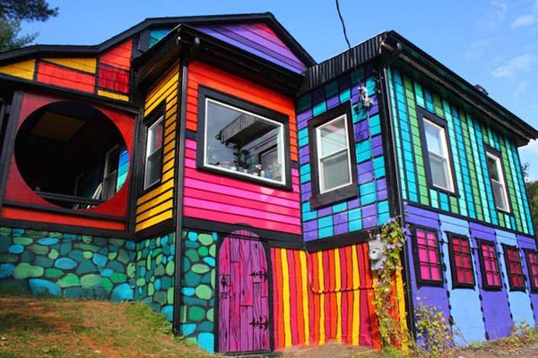 ngoi nha 7 sac cau vong ruc ro cua nang nghe si ca tinh  Vui nhộn với ngôi nhà đa sắc màu của nữ nghệ sỹ cá tính