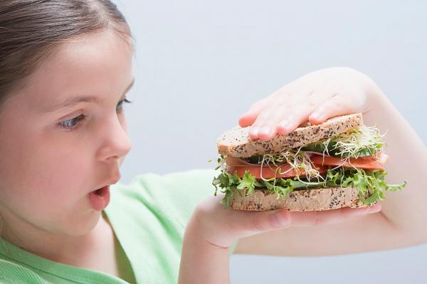 4 thói quen ăn uống có hại cho bé 1