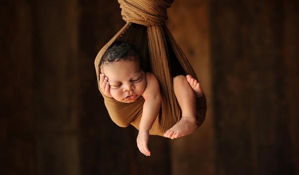 Ngộ nghĩnh những em bé ngủ treo 2