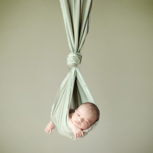 Ngộ nghĩnh những em bé ngủ treo 7