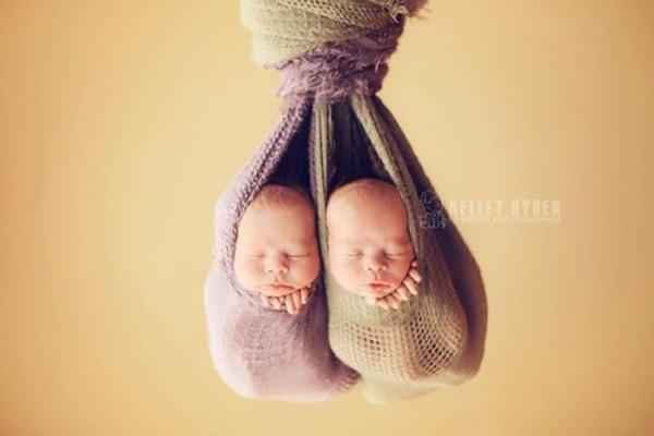 Ngộ nghĩnh những em bé ngủ treo 9