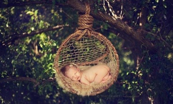 Ngộ nghĩnh những em bé ngủ treo 10