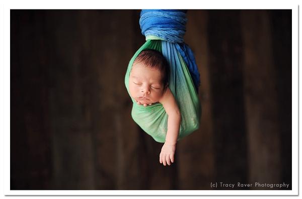 Ngộ nghĩnh những em bé ngủ treo 11