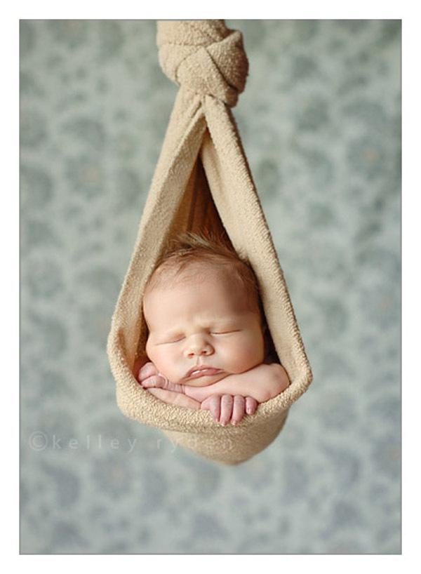 Ngộ nghĩnh những em bé ngủ treo 14