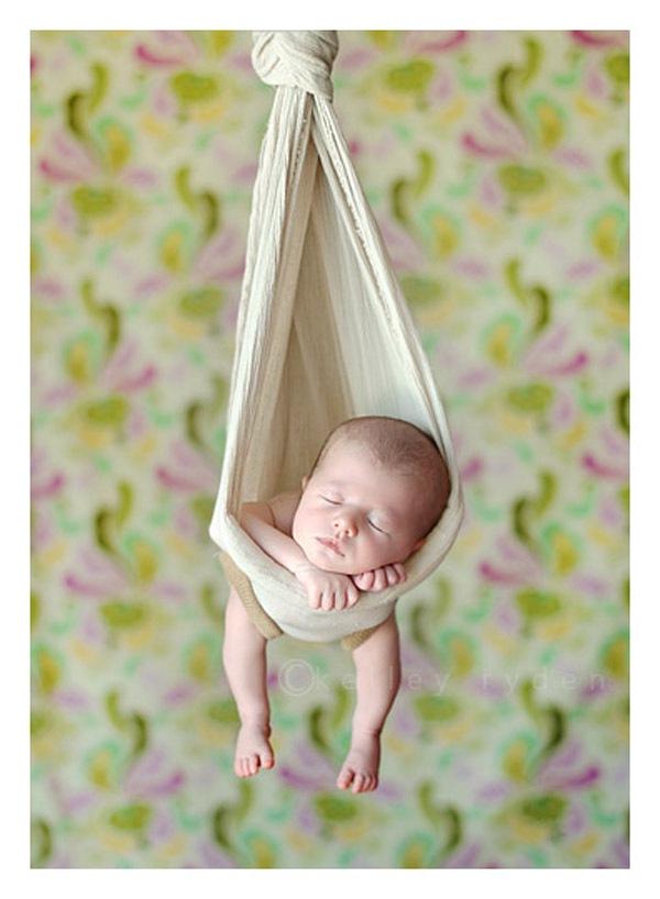 Ngộ nghĩnh những em bé ngủ treo 15