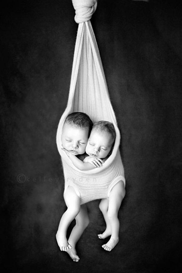 Ngộ nghĩnh những em bé ngủ treo 16